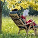 Kvinde læser udendørs